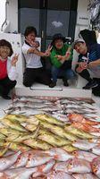 長崎県の壱岐勝本沖でマダイや根魚、レンコダイなどを釣り上げた敬釣会メンバーたち
