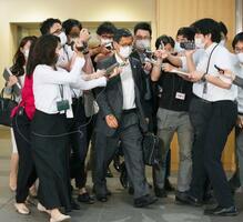 政府に提言を提出後、記者に囲まれる新型コロナウイルス感染症対策分科会の尾身茂会長(中央)=18日午後、東京都千代田区