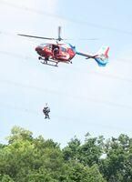 ホイスト救助訓練をする防災ヘリ=鳥栖市河内町の上空