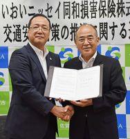 交通安全対策に関する連携協定を結んだ秀島敏行市長(右)と渡邊達裕佐賀支店長(左)=佐賀市役所