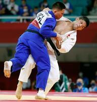 男子73キロ級準決勝でモンゴル選手(左)を攻める大野将平=日本武道館