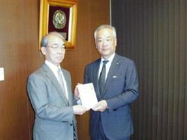 寄付金を贈った九州北部税理士会の松原会長(右)と中川原理事長=九州国際重粒子線がん治療センター
