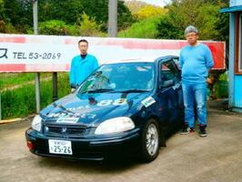 ラリーカーとともに。田中博さん(左)と増本俊之さん