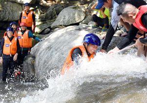 唐津・七山で「国際渓流滝登り」
