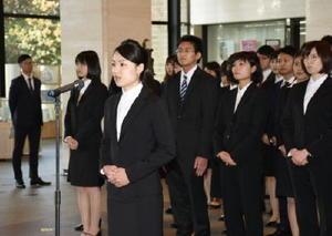 辞令交付式で宣誓をする野田有希さん(中央)=佐賀県庁県民ホール