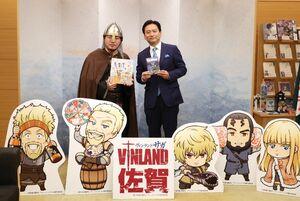 ヴァイキング姿の「ヴィンランド・サガ」作者の幸村誠さん(左)と記念撮影する山口知事=佐賀県庁