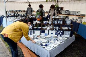 新作やお買い得品が並んだテントで品定めを楽しむ人たち=武雄市山内町のそうた窯