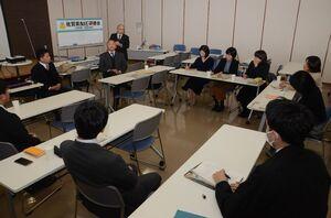 NIE実践校5校が本年度の取り組みを発表した実践報告会=佐賀市の佐賀新聞社