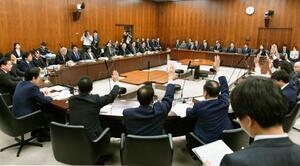 日米貿易協定の承認案を賛成多数で可決した参院外交防衛委=3日午後