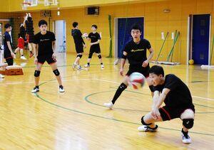 県高校総合体育大会に向け、練習に励む佐賀学園バレーボール部の選手たち=佐賀市の同校