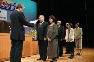 晴れやかな表情で表彰状を受け取る出席者=伊万里市民センター