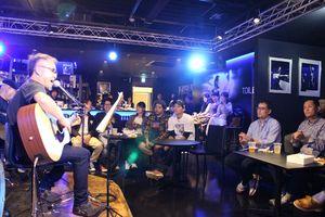ロックやフォークなど愛好者が演奏を披露した「九州北部豪雨復興チャリティーライブ」=佐賀市のザ・ロックハート