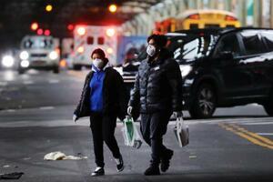3日、米ニューヨークで、マスクをして歩く人たち(ゲッティ=共同)