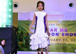 10日、ファッションショーに出演する子ども=マニラ(共同)