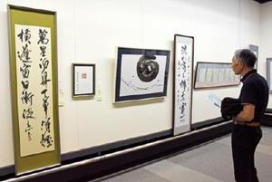 一般公募部門の大賞作品(左から5点)をはじめ力作が並ぶ県書作家協会展=佐賀市の県立博物館
