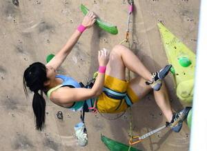 山岳少年女子リード決勝 確実に一歩ずつ登る岸川弓子=岩手県営運動公園
