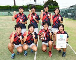 ソフトテニス女子団体で優勝した佐賀清和の選手たち=佐賀市のSAGAサンライズパーク庭球場