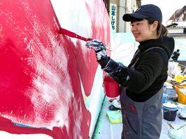 壁画を描く富岡美紀さん=多久市