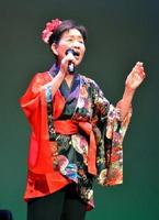 「お七」を熱唱する池田美代子さん=佐賀市のエスプラッツホール