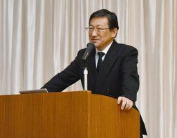 海外と比べて日本はIT活用が遅れていると指摘した藤野直明氏=武雄市の武雄センチュリーホテル
