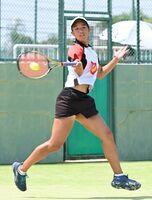 テニス女子個人シングルス決勝を接戦で制し、優勝を果たした佐賀商の武藤ひまり=佐賀市のSAGAサンライズパーク庭球場
