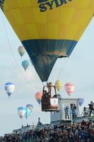 「フライ・イン」で嘉瀬川河川敷のターゲットにバルーンを近づけるパイロット=2日午前、佐賀市