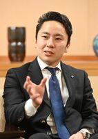 インタビューに応じる日本フェンシング協会の太田雄貴会長=佐賀市の佐賀新聞社