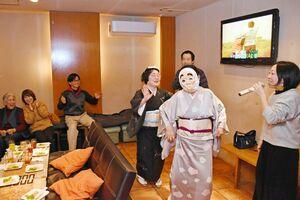 スナックでカラオケに合わせて踊る施設利用者たち=昨年11月、唐津市中町のZAZABY