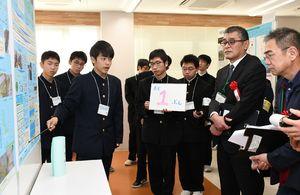 ポスターにまとめた研究内容を説明する生徒=佐賀市の佐賀大学本庄キャンパス