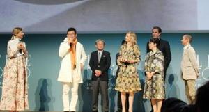 授賞式であいさつをする2016株式会社の百田憲由社長(左から2人目)ら=イタリア・ミラノ(佐賀県提供)