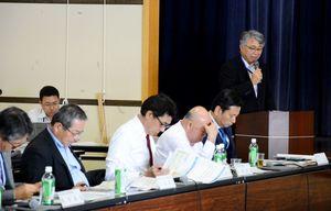 玄海原発3、4号機のトラブルについて陳謝した今村博信所長(右奥)=東松浦郡玄海町の町民会館