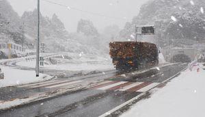 昨年11月に開通した女山トンネル。左上は峠越えの旧道。道路凍結によるスリップ事故が解消され大型車が次々と走行した(午前11時撮影)=多久市西多久町