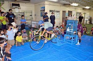 「自転車かき氷」に挑戦する子どもたち=武雄市の武雄競輪場