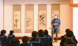 ボランティアスタッフから佐賀の歴史を学ぶ鹿児島市の緑丘中の生徒たち=佐賀市の佐賀城本丸歴史館