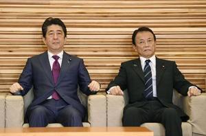 安倍首相(左)と麻生財務相=16日