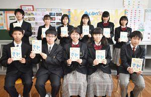 SDGsアクションブックで、企業や団体に取材してリポートした龍谷高と龍谷中の生徒たち=佐賀市水ケ江の龍谷中学校