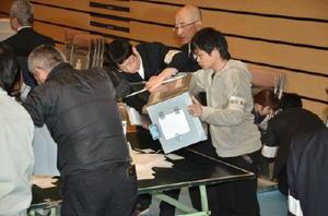 投票箱を開け、開票作業にあたる町職員ら=みやき町コミュニティーセンターこすもす館