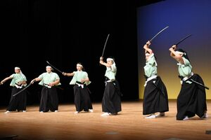 大会で剣舞などを発表する致遠館高のチーム=佐賀市文化会館