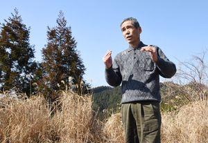 徳川権七の足跡を語る「脊振を愛する会」の真島久光さん=神埼市脊振町の三継山