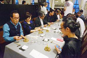 有名シェフの創作料理を楽しむ人たち=佐賀市のさがレトロ館