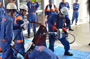 小学生を対象にしたスーパー防災訓練で救助資機材を使った訓練を披露=武雄市の朝日小