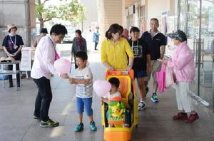 キャンペーンでは買い物客に風船やティッシュを配り、乳がん検診の受診を呼び掛けた=佐賀市のゆめタウン佐賀