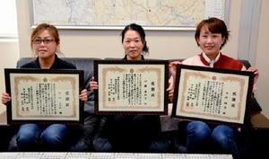 詐欺被害を未然に防ぎ感謝状を受け取った、左から中山さん、伊藤さん、宮﨑さん=唐津警察署
