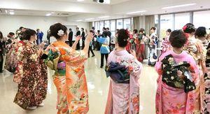 保存会のメンバーらと一緒に芦刈音頭を踊る新成人=小城市の芦刈公民館(小城市提供)