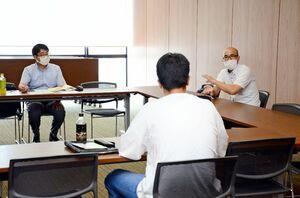 相談内容に応じて関係する専門士が対応した無料相談会=佐賀市の県弁護士会館