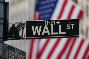 ニューヨーク・ウォール街にある標識(ロイター=共同)