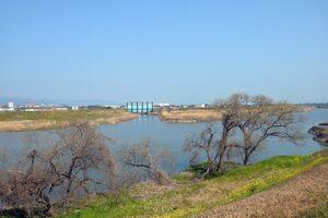 論争の場所になった宝満川、向こうに見える水門は水屋水門(久留米市側から鳥栖市方面を望む)