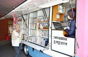 新型コロナウイルスの感染対策を強化して巡回を続ける伊万里市民図書館の自動車図書館=市内の高齢者福祉施設