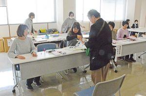 一般公募作品が寄せられた受付会場=佐賀市の佐賀新聞社