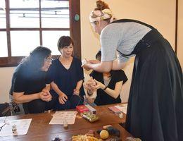 手まりの縫い方を教わる参加者=佐賀市、ギャラリー喫茶欒